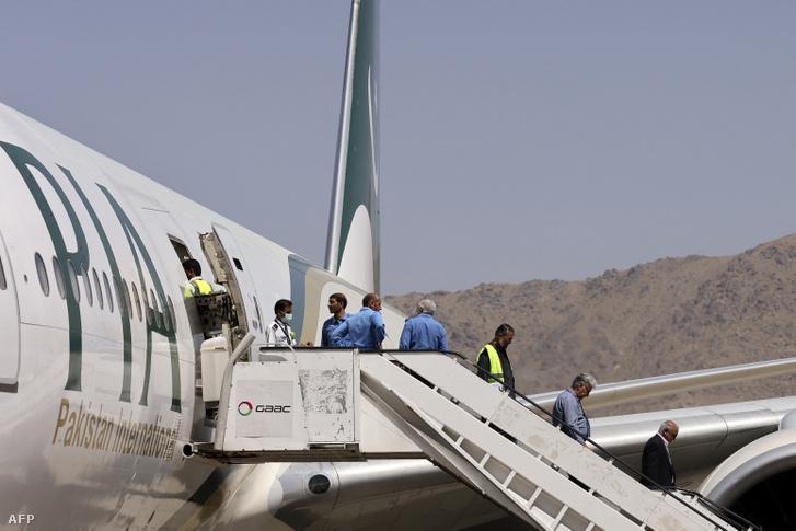 Utasok szállnak le a pakisztáni légitársaság gépéről Kabulban, 2021. szeptember 13-án