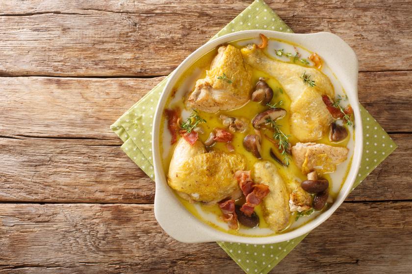 Gombás, baconös csirkecombok fehérboros, tejszínes szószban: fejedelmi ebéd kevés munkával