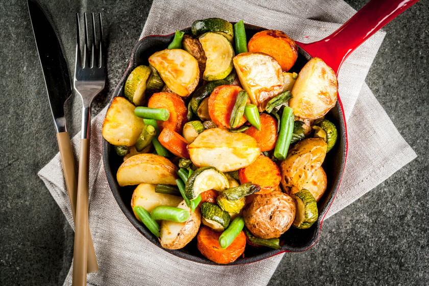 Izgalmas és kiadós párolt zöldbab: pirosra sült krumpli és cukkini gazdagítja
