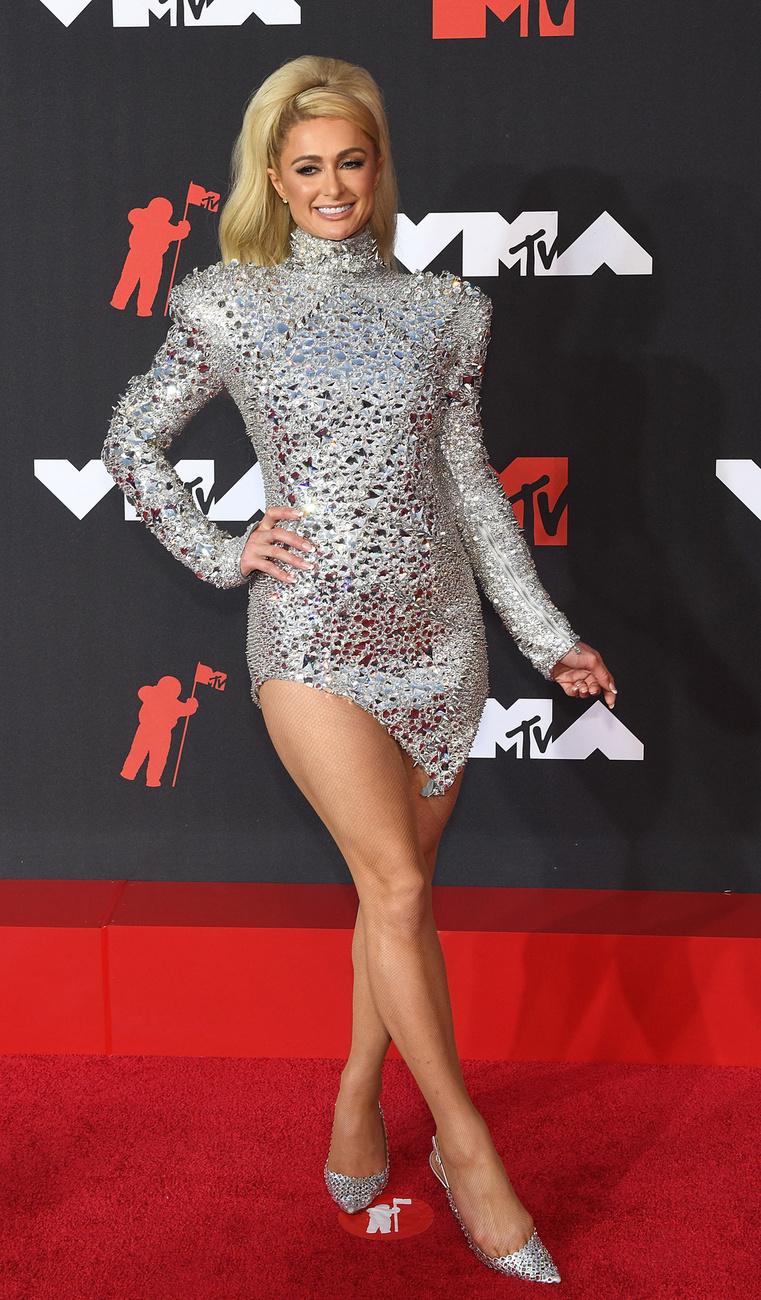 Paris Hilton csak úgy csillogott a vörös szőnyegen! Az énekes-színésznő, aki a The Simple Life című valóságshow révén tett szert hírnévre, ezúttal a combjait villantotta meg