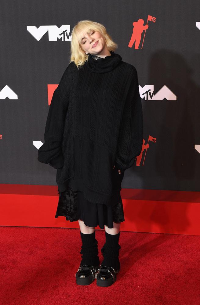 Billie Eilish választása ezúttal is egy extrán bő ruhára esett.