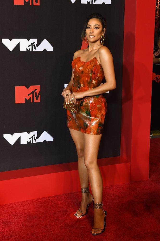 Shay Mitchell, akit sokan a Pretty Little Liars és a You című sorozatokból ismernek, ezúttal egy visszfogott ruhát öltött magára.