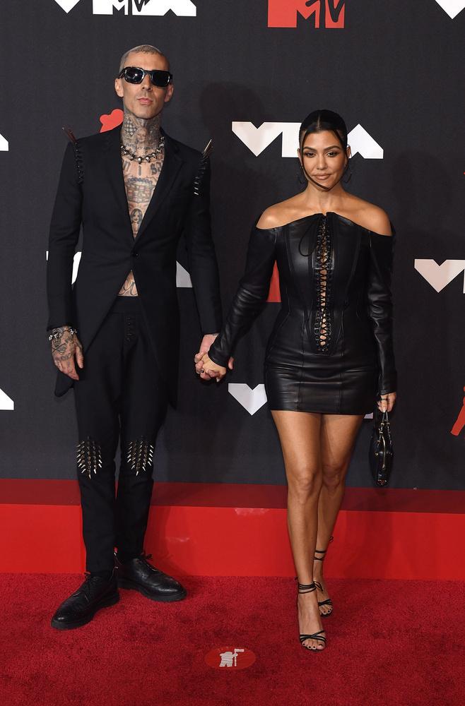Kourtney Kardashian bőrszerkóban pózolt szerelme, Travis Barker oldalán.