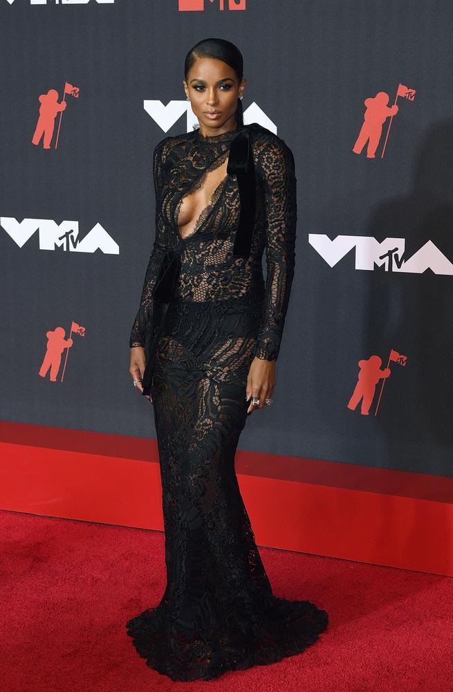 Ciara egy csipkés, Tom Ford ruhakölteményt öltött magára, ami szépen kihangsúlyozta a dekoltázsát.