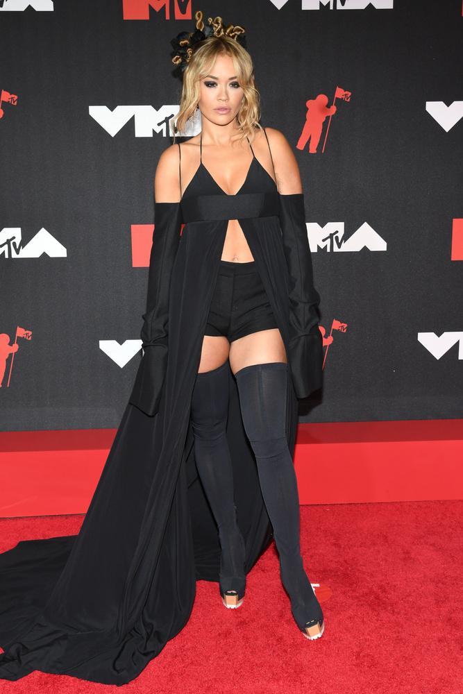Rita Ora hozta a formáját, bár az énekesnőt ennél merészebb öltözékben is láthatuk már