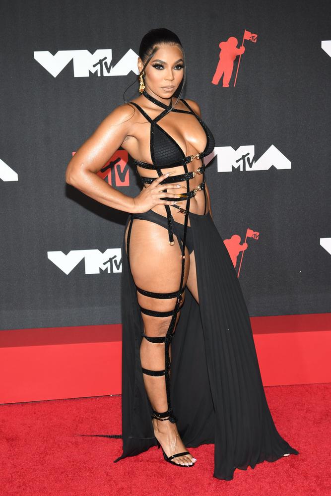 A Grammy-díjas amerikai énekesnő, Ashanti ruhája nem sokat bízott a fantáziára