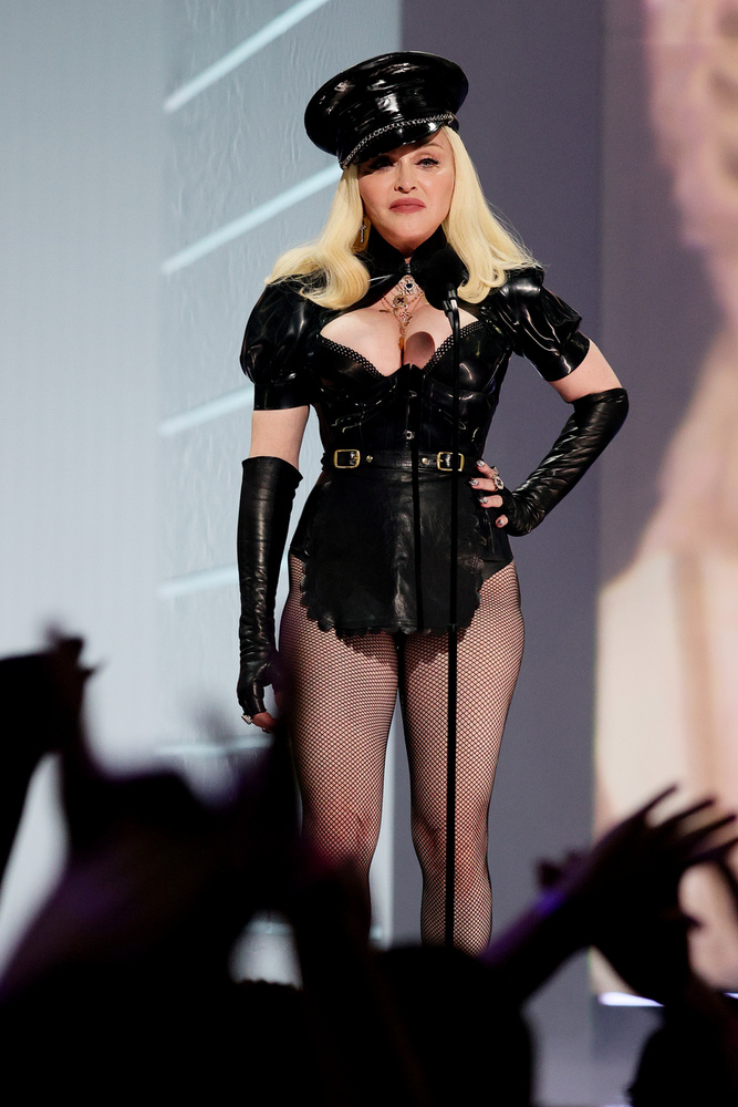 Bár ez a felvétel nem a vörös szőnyegen készült, nem hagyhattuk ki Madonna szettjét! A popdíva úgy festett, akár egy domina!