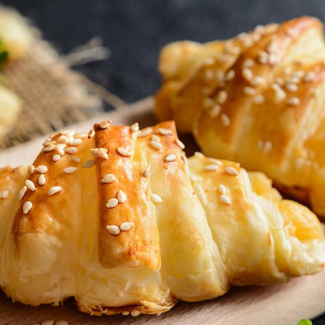 Egyszerű sajtos kifli leveles tésztából: pillanatok alatt elkészül a finomság