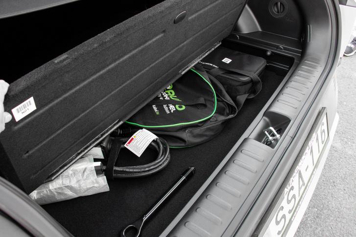 Rekesz a csomagtartó padlója alatt. A kábelt előre is lehet tenni, ott is van neki hely