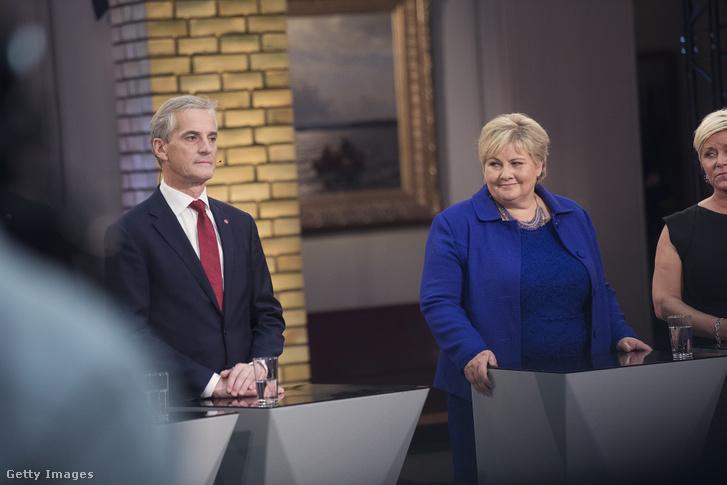 Jonas Gahr Støre (b) és Erna Solberg (j) televíziós vitán