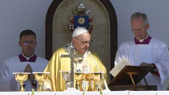 Megszólalt Ferenc pápa magyar kísérője, az édes teherről is beszélt