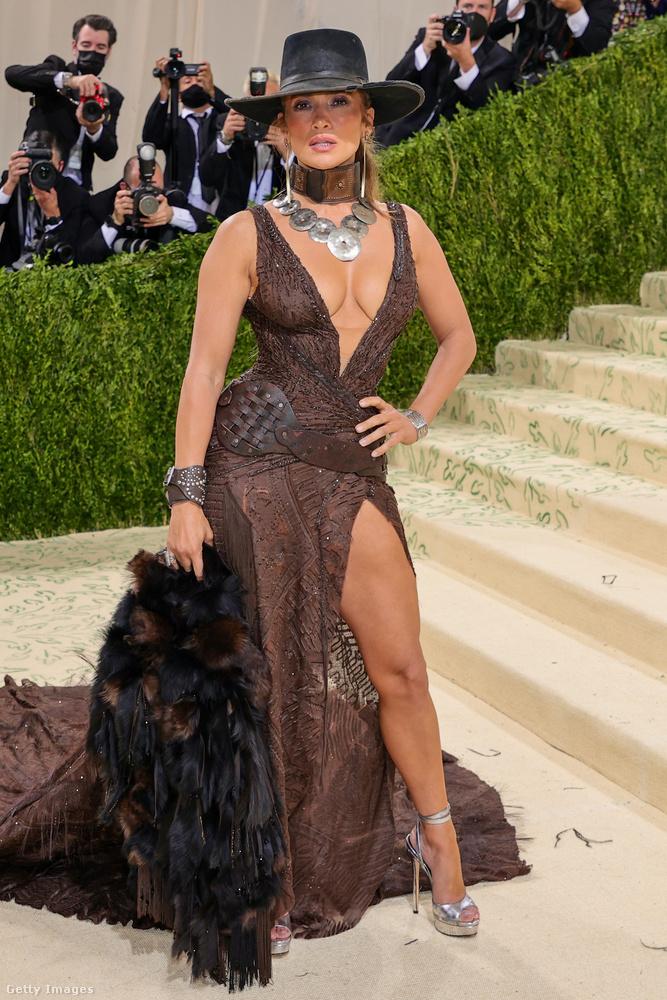 A klasszik köldökig érő dekoltázzsal nem lehet melléfogni, Jennifer Lopez szépsége csak úgy sugárzott