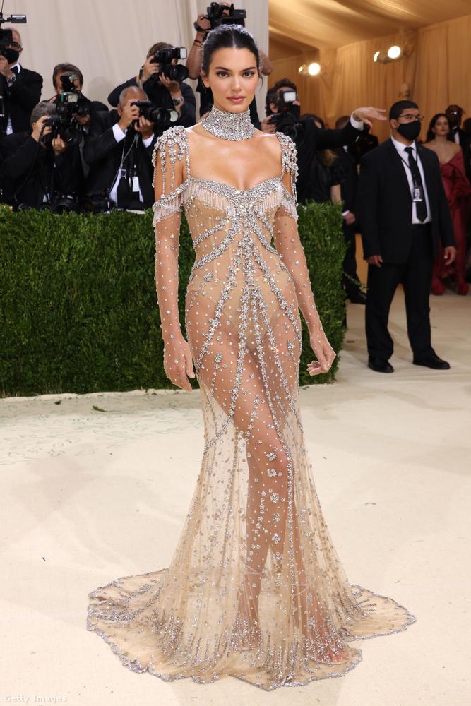 A kristállyal, strasszal és ékkővel kirakott pucérruha visszatérő elem a külföldi celebnőkön, ezzel a szettel Kendall Jenner sem fogott mellé a világ egyik legnevesebb és legjobban várt divateseményén