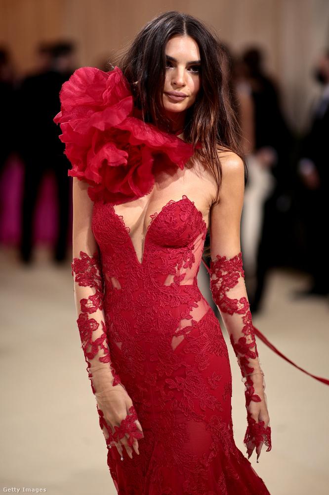 Dögös ez a vörös! Emily Ratajkowski nem hazudtolta meg önmagát: a világ legszebb mellű nőjének is becézett modell ruhakölteménye ezúttal is a keblekre helyezte a hangsúlyt.