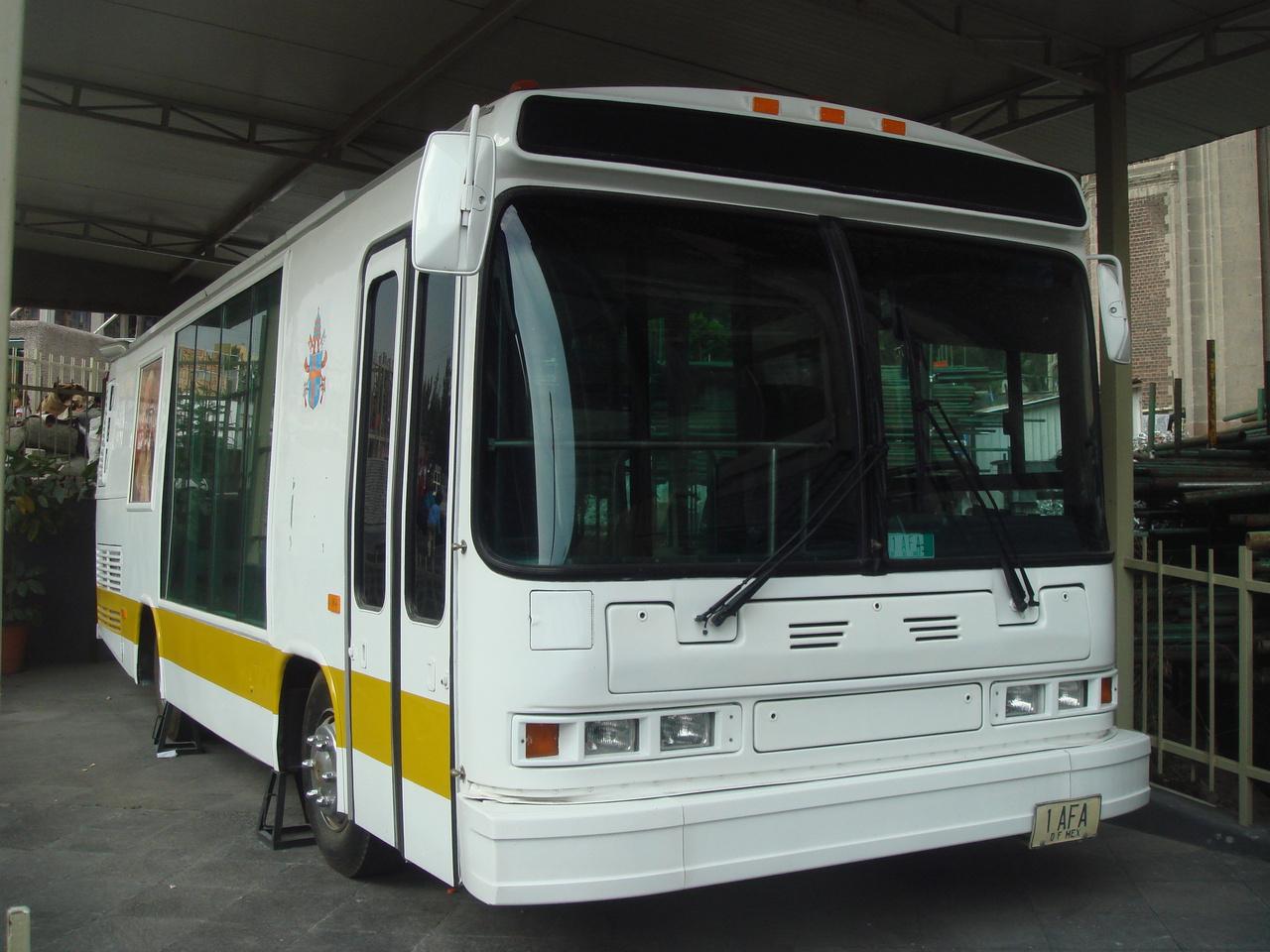 Neoplan AN 408 (1999): Az 1999-es mexikói pápalátogatáskor egy, az USA-ban gyártott Neoplan AN 408-ast alakítottak át pápamobillá. A városi busz utasterében csak egyetlen egy hatalmas fotel volt, amelyben ülve II. János Pál egész Mexikót beutazta. A jármű napjainkban emlékhelyként funkcionál
