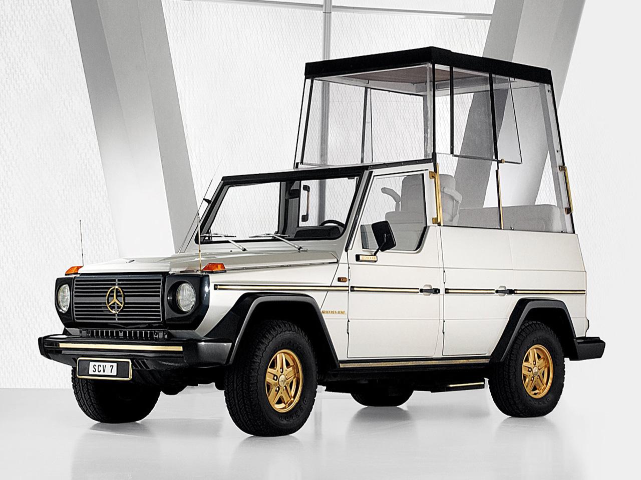 Mercedes 230 G (1980): Az első G osztályú Mercedesek utastere még nem volt golyóálló üveggel körbevéve, mint a képen látható autón, csak néhány korlát védte a pápát. Az 1991-es magyarországi pápalátogatáskor is egy ilyen Mercedest és egy Land Rover Defendert használt II. János Pál