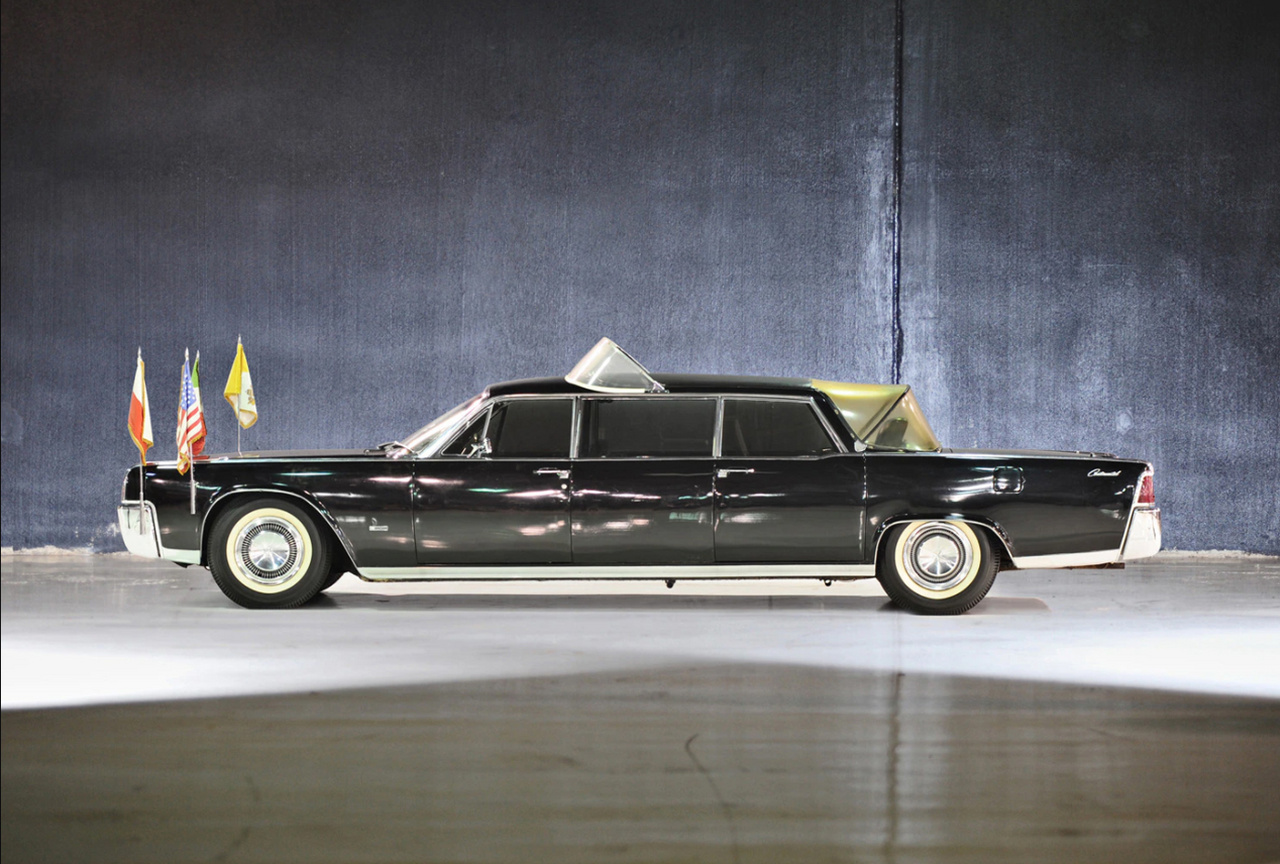 Lincoln Continental Lehmann-Peterson (1964): Az 1965-ös amerikai pápalátogatásra épített át a neves átalakító cég két elnöki Lincoln Continentalt VI. Pál számára. Ez volt az első eset, hogy a pápa nem Mercedesszel utazott egy látogatás ideje alatt