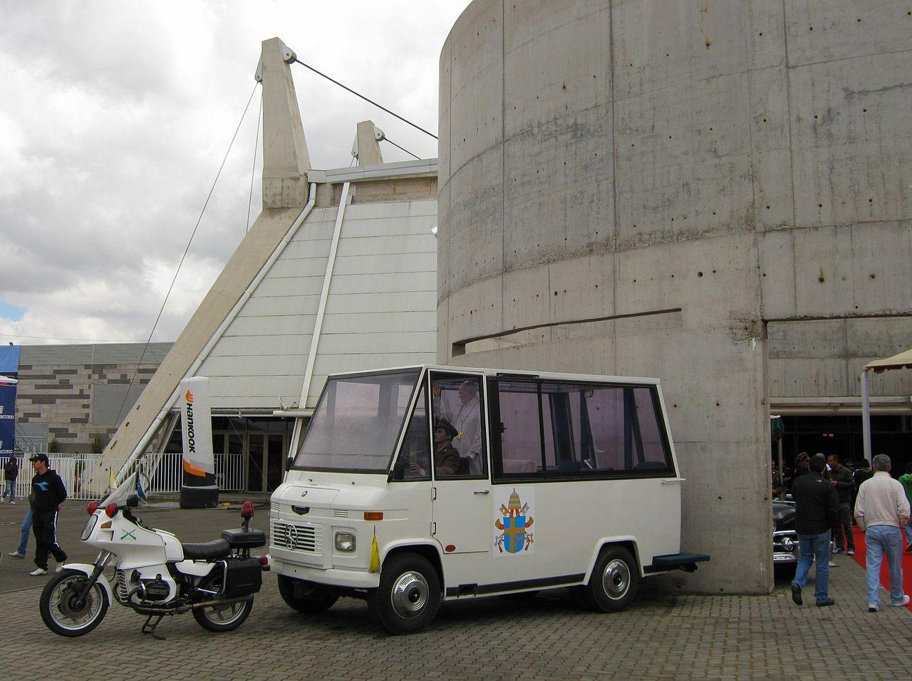 Mercedes-Benz T2 L408 Minibus (1987): Amikor II. János Pál pápa Chilében járt, a helyi hatóságok úgy döntöttek, hogy nincs nagy veszélynek kitéve az egyházfő. Ezért egy, a dél-amerikai országban sorozatban gyártott, hagyományos Mercedes kisbuszt alakítottak át pápamobillá