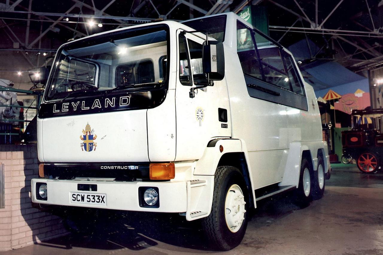 Leyland T45 Construstor (1982): Az egyik legkülönlegesebb pápamobil a II. János Pál pápa 1982-es angliai látogatására épített 6x6-os Leyland teherautó alvázára készült, 24 tonnás páncélozott jármű volt. Mivel az angliai látogatás nem sokkal a pápa elleni merénylet után történt, ezért egy nagy és erős járművet választottak a látogatás lebonyolításához