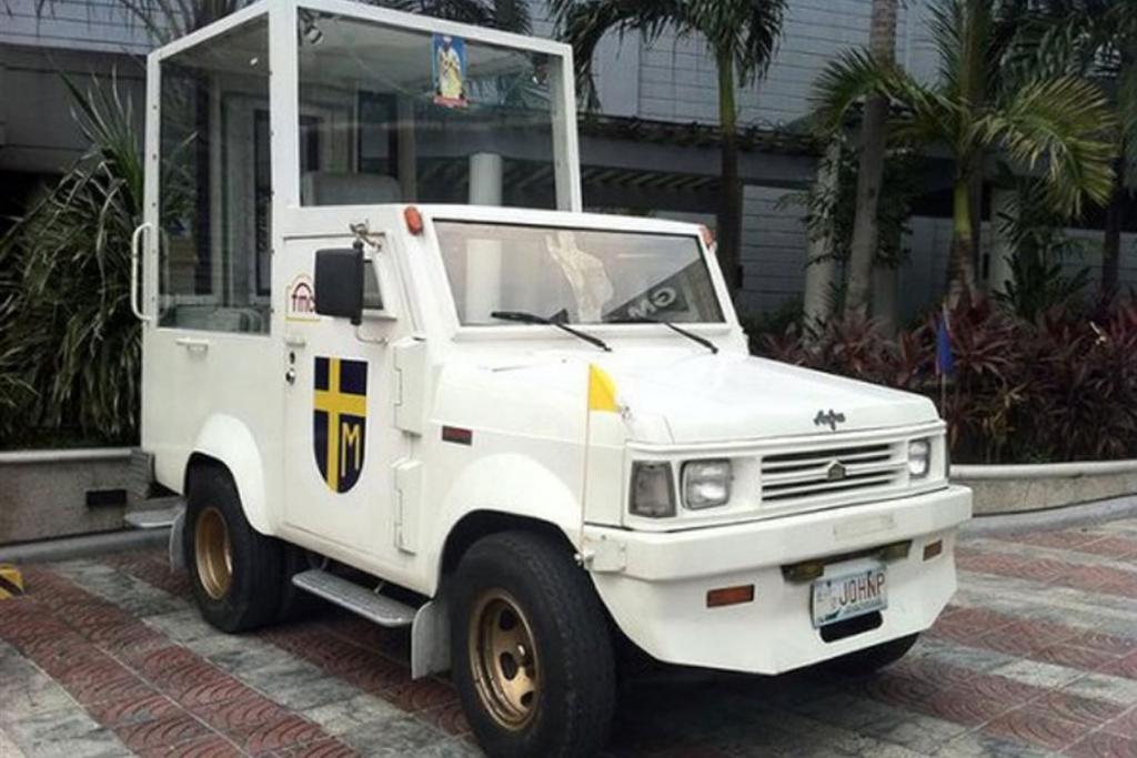 Francisco Motors (1995): A Fülöp-szigeteken már nem bízták a véletlenre II. János Pál védelmét. Egy erősen páncélozott, robbanásálló járművel várták a pápát, amelyet a helyi Francisco Motors épített, direkt a pápalátogatás céljára. A különleges jármű jelenlegi tulajdonosa szerint az autó sűrűn elromlik, de egy-egy ima azonnal életre kelti a meghibásodott pápamobilt