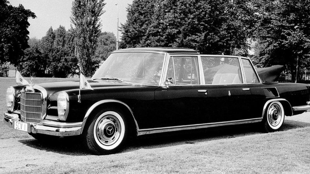 Mercedes 600 Pullmann Landaulet (1965): Ezt a Mercedest szintén VI. Pál kapta ajándékba a stuttgartiaktól. A jármű különlegessége, hogy a leghátsó sorban egy óriási fotel volt, amelyet hidraulika segítségével lehetett fel- és lesüllyeszteni. A vatikáni flottában több mint tíz évig ez a típus volt az SCV-1-es, és három pápa is használta