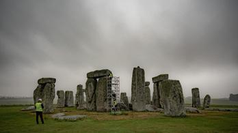 Leporolják a nagy köveket, elkezdődött a Stonehenge restaurálása