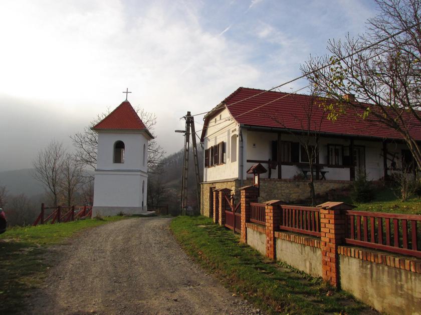 A Kelet-Mecsek varázslatos falva Hosszúhetény, mely a Zengő lábánál bújik meg. A népi tradíciókat élénken őrző településen tájház, üvegkiállítás is megtekinthető. A falu a pécsi borvidék része. A zöld négyzet turistautat követve a hozzá tartozó Püspökszentlászló érhető el, ahol arborétum és kastély is megcsodálható.