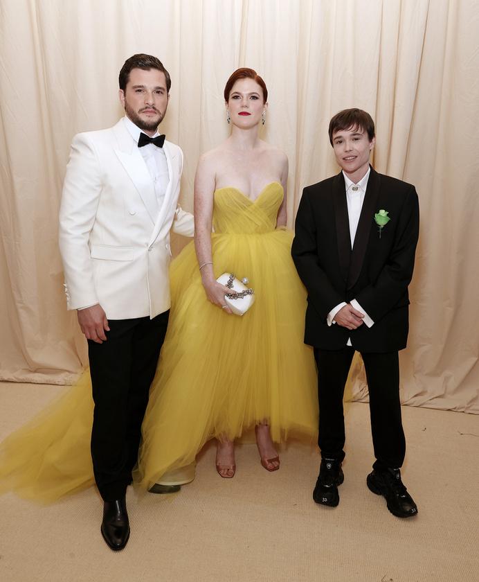 A színésznő ezen a fotón a Trónok harca két szereplőjével (Kit Harington és Rose Leslie) látható.