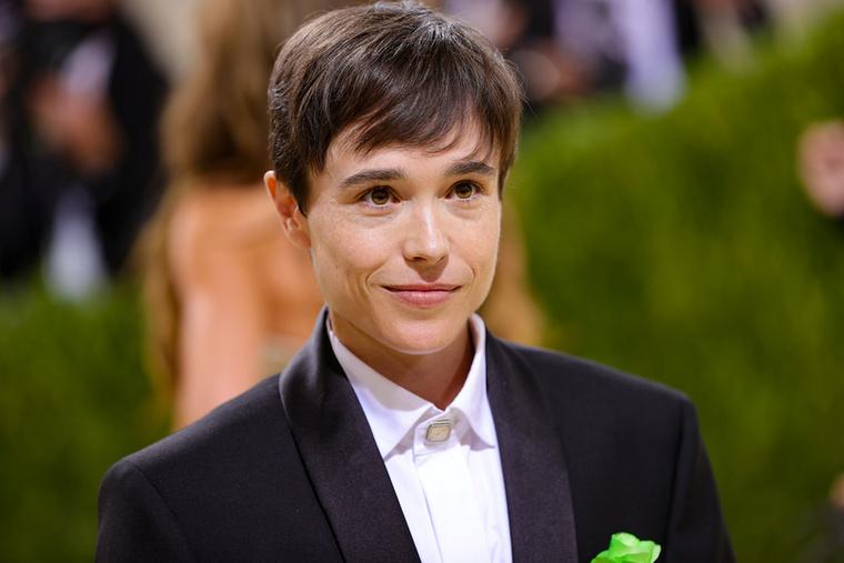 A 34 éves kanadai színész, Elliot Page egy klasszikus Balenciaga-öltönyben, ropogós fehér ingben, zakóján egy kis zöld rózsával, és fekete edzőcipőben pózolt az idei Met Gálán