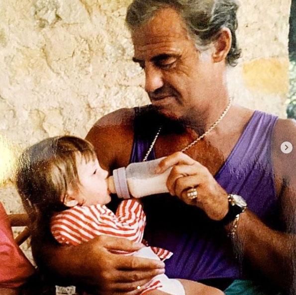 Jean-Paul Belmondo itt épp cumisüvegből táplálta a kis Annabelle-t.