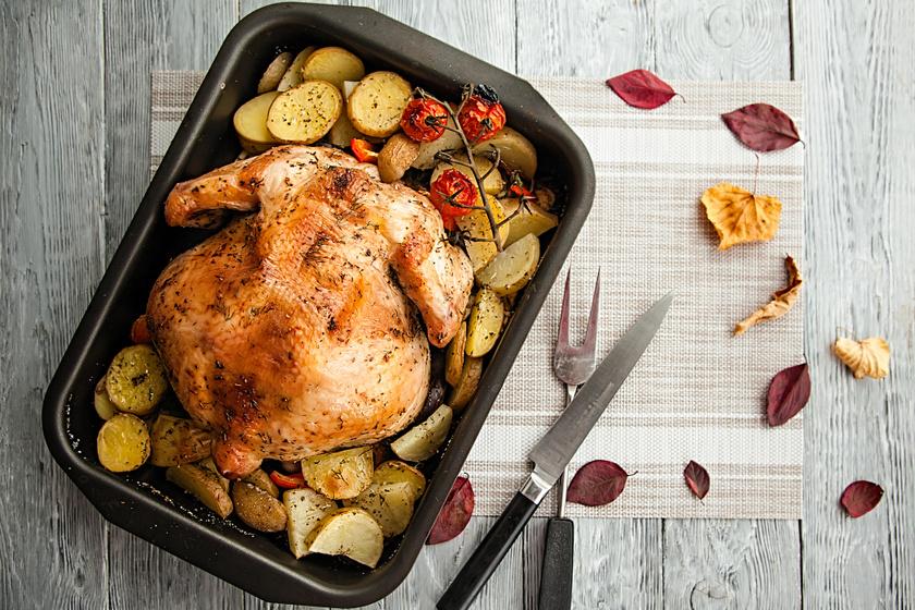 Egészben sült csirke krumplival és paradicsommal: a fokhagymás vajtól lesz fényes, ropogós a bőre