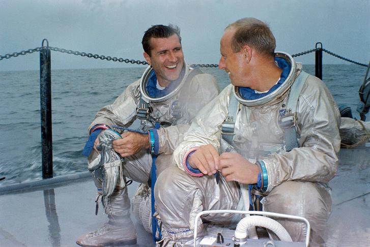 """A Gemini XI két űrhajósa, Richard """"Dick"""" F. Gordon Jr. (balra) és Charles """"Pete"""" Conrad Jr. (jobbra) 1966. július 13-án. A képen a két asztronauta kiképzésük vízi kilépés tesztje előtt látható a Mexikói-öbölben."""