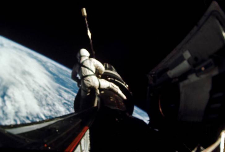 """Dick Gordon """"él conduce"""" La sección de acoplamiento que conecta la cápsula Gemini y el Agena.  La foto capturó 160 millas náuticas, casi 300 kilómetros sobre el Océano Atlántico."""