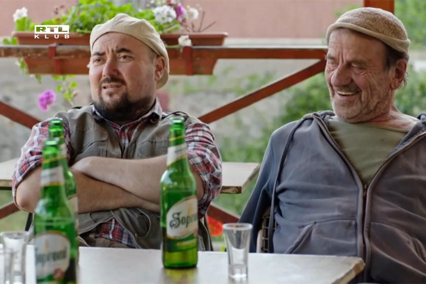 Sváb (Sarkadi Kiss János) és Mokri (Székely B. Miklós) Teca kocsmájának teraszán.