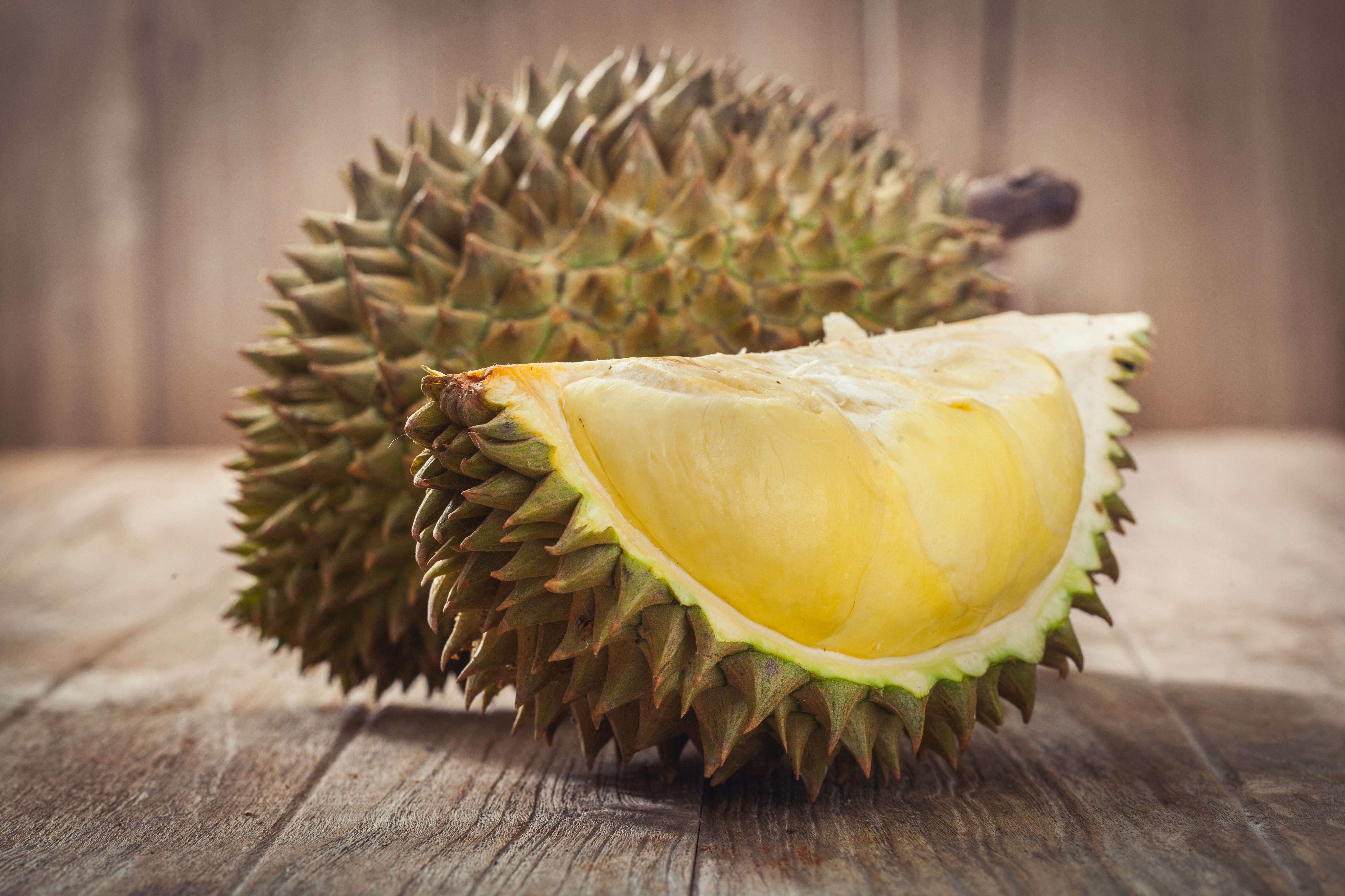 A világ egyik legbüdösebb gyümölcseként ismerik, de az ízét így is sokan szeretik. Mit látsz a képen?