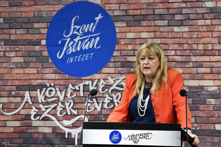 Schmidt Mária a Terror Háza Múzeum főigazgatója előadást tart a Szent István Intézet A következő ezer évért című konferenciáján a Pasaréti Közösségi Házban 2021. szeptember 14-én.