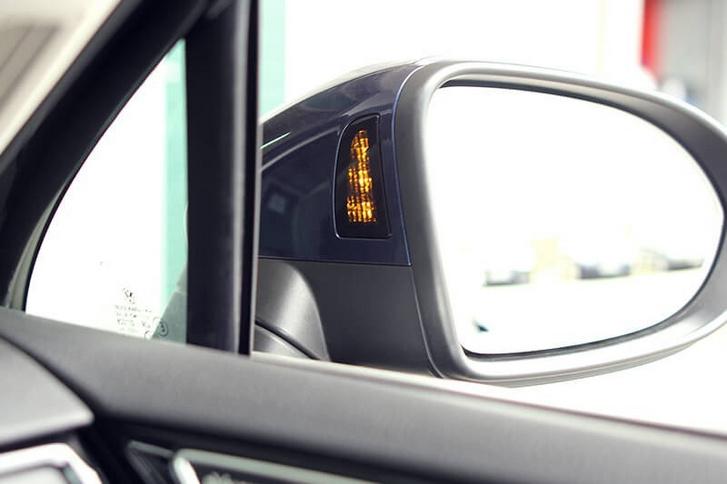 Az Audi A7 holttér figyelő visszajelző lámpája