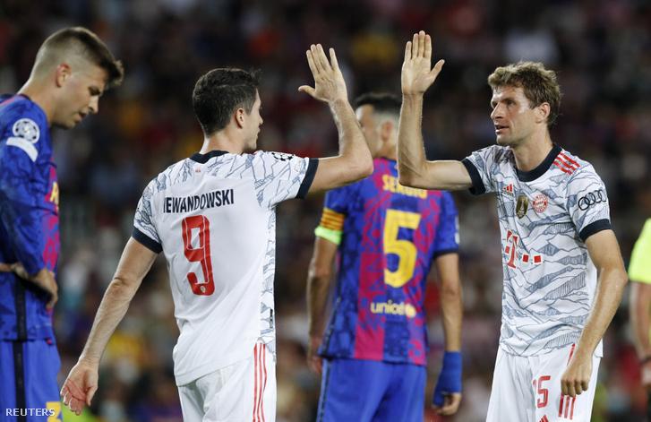 Lewandowski és Müller köszöntik egymást