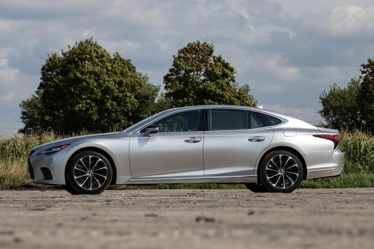 Nagyon szép, organikus, nyúlánk alak, talán az előző Jaguar XJ volt még hasonló