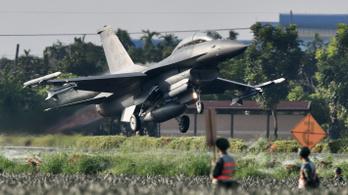 Autópályán landoltak a gyakorlatozó harci gépek Tájvánban