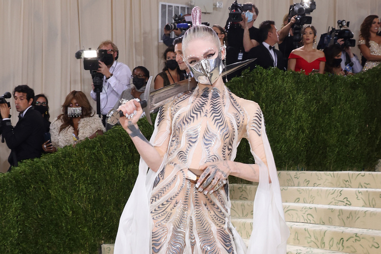 Elon Musk barátnője, a kanadai énekesnő, Grimes 3D-nyomtatott ruháját a Dűne című film inspirálta.