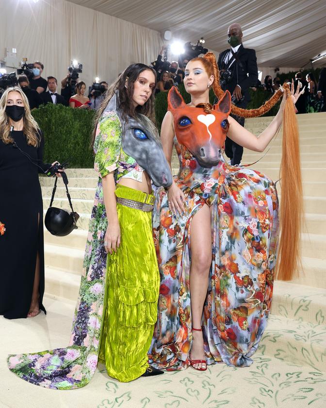 A Collina Strada jelenlegi tervezője, Hillary Taymour látható ezen a képen, mellette pedig a német énekesnő, Kim Petras
