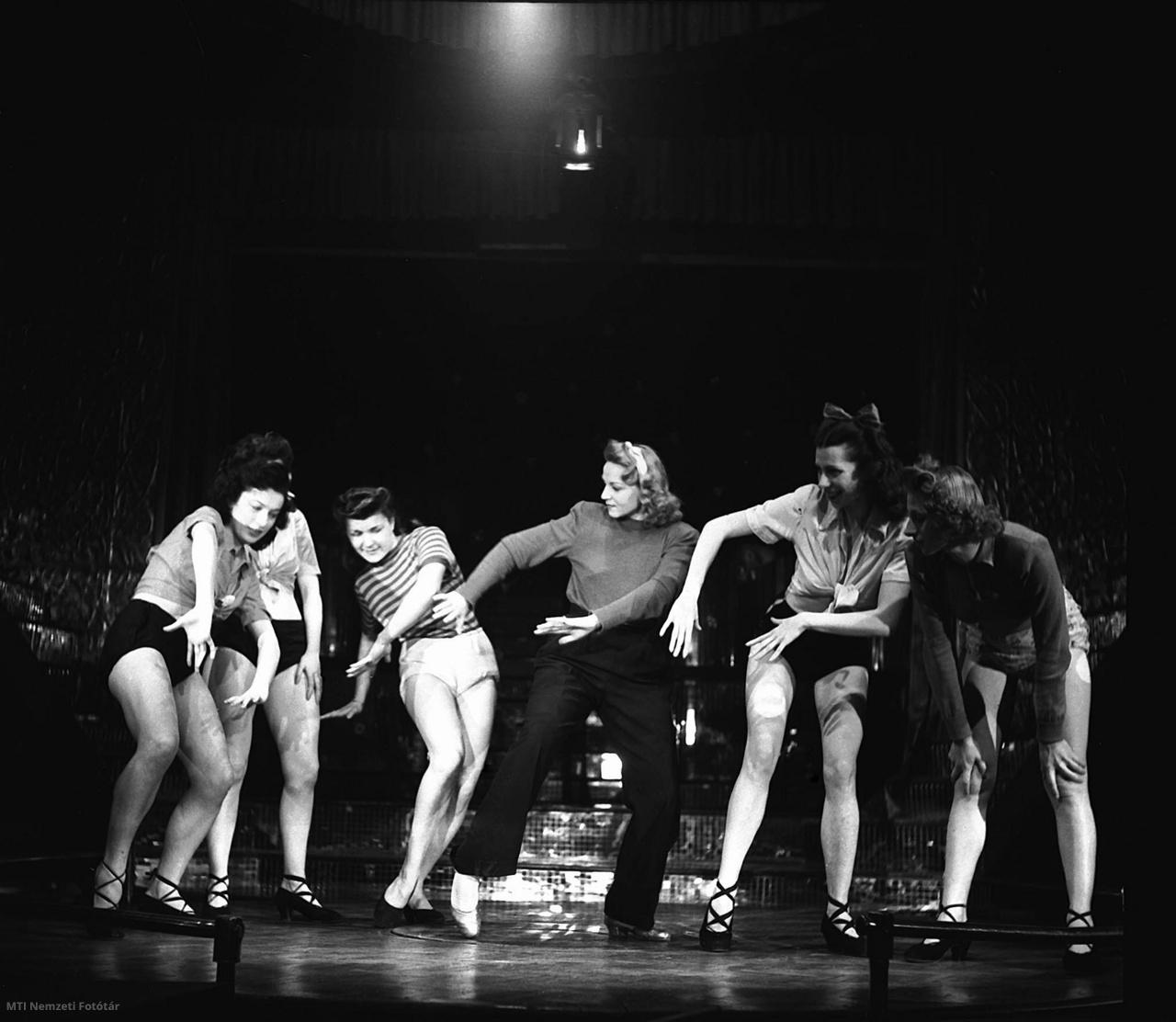 Budapest 1947. február 12. Táncosnők próbálnak a Nagymező utcai Arizona mulatóban.