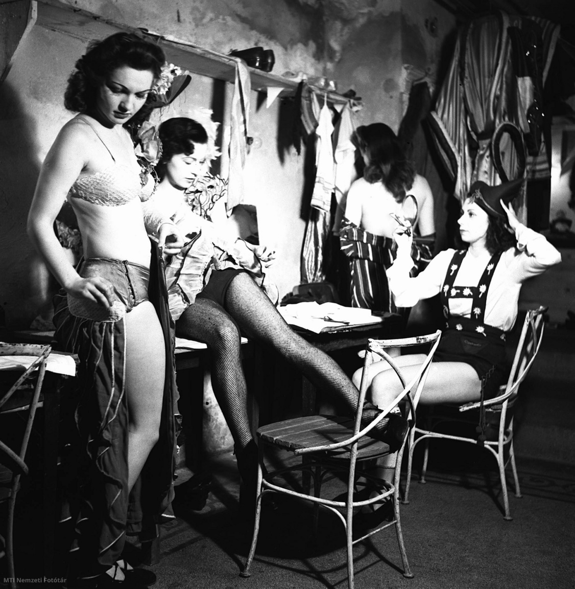 Táncosnők készülődnek a Nagymező utcai Arizona mulató öltözőjében.