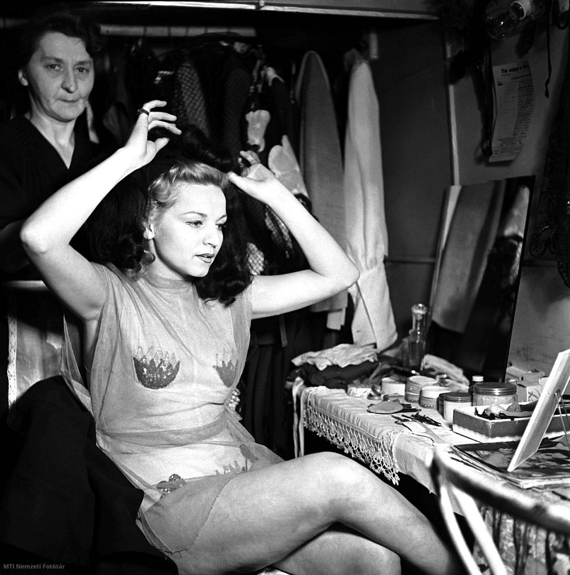 A Nagymező utcai Arizona mulató egyik táncosnője készülődik fellépése előtt a mulató öltözőjében 1947 februárjában