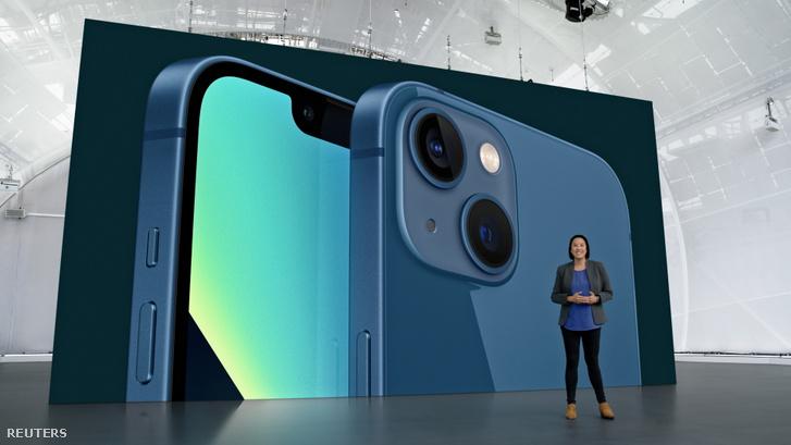Kaiann Drance, mögötte az iPhone 13 kék színben
