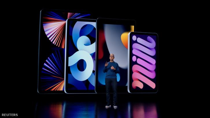 Tim Cook a színpadon, háttérben pedig az Apple táblagépkínálata. Balról jobbra: iPad Pro, iPad Air, iPad (9. generáció) és végül az új iPad Mini