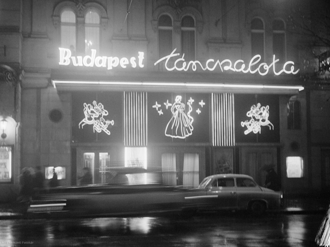 1962. január 1. A Budapest Táncpalota neonfényei a Nagymező utcában szilveszter éjszakán.