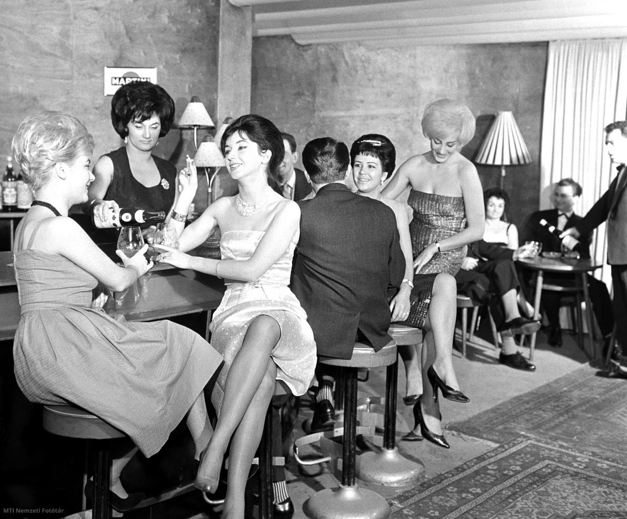 Nagy a forgalom a Budapest Táncpalotában 1962 novemberében (később: Moulin Rouge).
