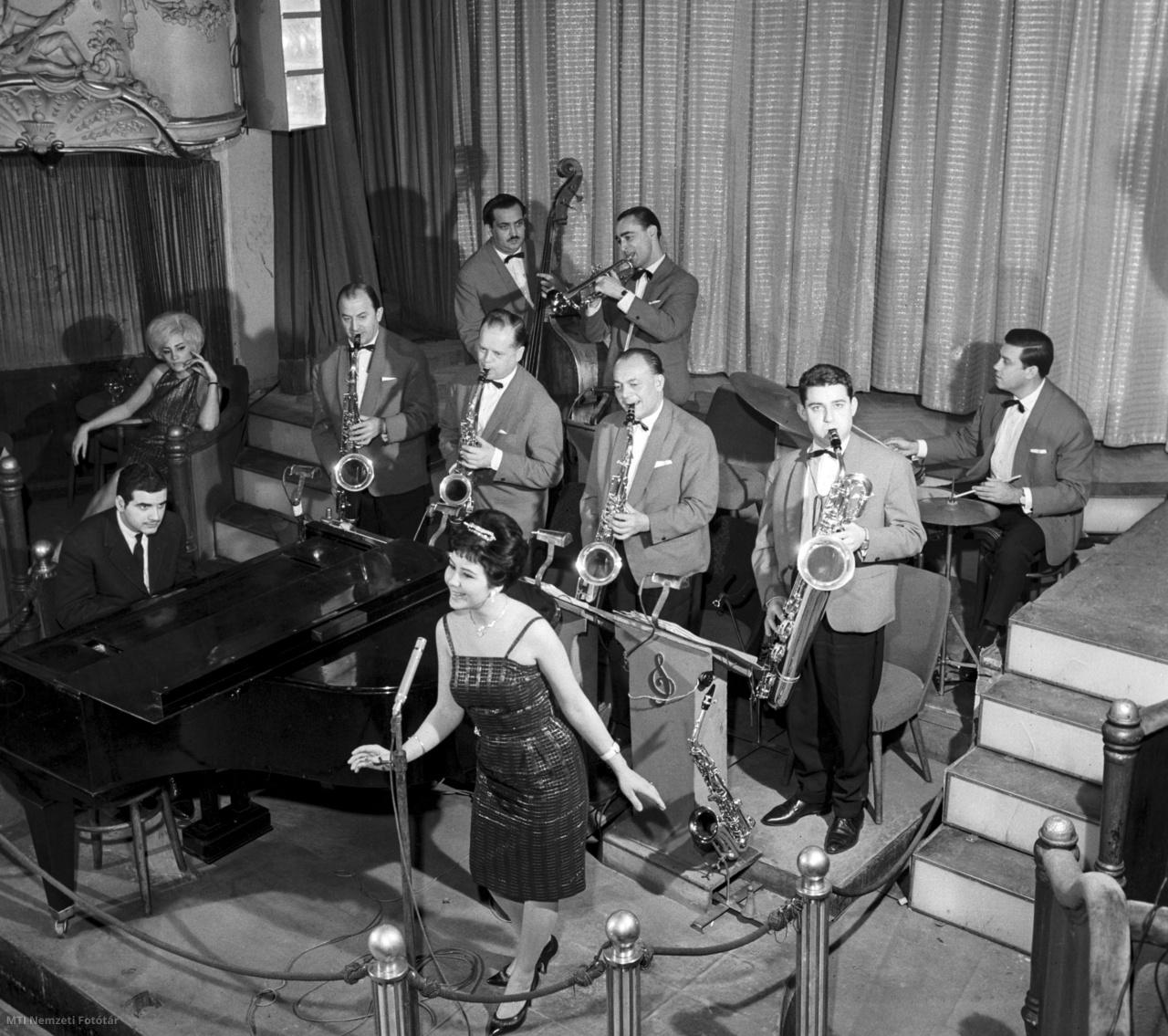 Énekesnő és zenekar szórakoztatja a vendégeket a VI. kerületi Nagymező utcai Budapest Táncpalotában 1962-ben.